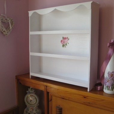 Biała półka z motywem róż
