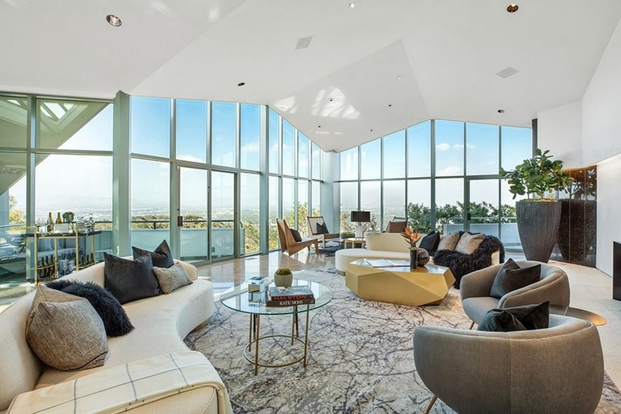 Domy sław, Pharrell Williams sprzedaje dom - Od potężnej bramy wjazdowej do domu prowadzi 200-metrowy podjazd. Zmotoryzowani goście odwiedzający rezydencję mogą skorzystać z parkingu podziemnego, który mieści  aż 30 aut.  IMP FEATURES/East News