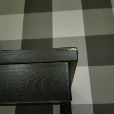 WitamOferuję 1.Komodę wysoką Ikea seria Hemnes wraz z wieszakiem na ubrania. Produkt wykonany z litego drewna - wytrzymałego, ciepłego, naturalnego materiału. Lita sosna, Bejca, Bezbarwny lakier akrylowy.Wymiary komody:Szerokość: 58 cmGłębokość: 40 cmWysokość: 131 cmWymiary wieszaka:Szerokość: 85 cmGłębokość: 34 cmWysokość: 40 cm.Mebelki noszą drobne ślady użytkowania w postaci małych otarć, pokazane na zdjęciach. Użytkowane są 2 lata. Cena 330zł 2. Zgrabną starą komodę produkcji rumuńskiej. Mebelek 3 lata temu został pomalowany na kolor czarny, nóżki na czerwono, wymienione zostały uchwyty na chromowe gałeczki, na ten moment można ją odświeżyć (otarcia farby) lub zaaranżować według uznania. Mebelek jest stabilny bez uszkodzeń, posiada 4 małe szufladki, oraz dwie szafki w jednej szklana półeczka, druga bez półki. wymiary: długość - 100cm głębokość - 40cm  wysokość - 59cm. Cena 120zł