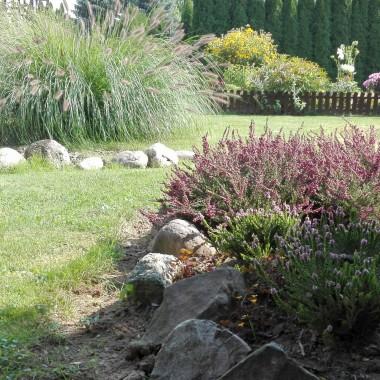 Wrzesień, miesiąc cichych dni, pogodnych popołudni w dojrzałym ogrodzie, herbaty pitejw altanie pod brzozą i niebawem pewnie drewna płonącego w kominku w chłodne wieczory.Wrzesień to koniec lata...Zapraszam do wrześniowego ogrodu :)