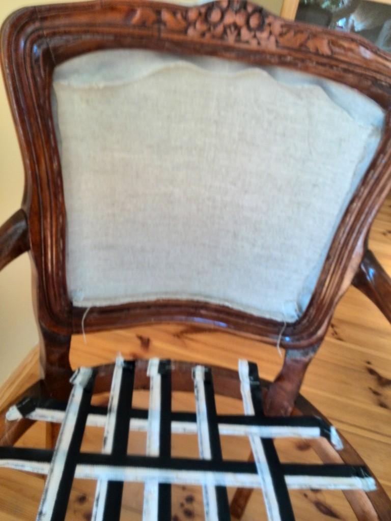 Pozostałe, Renowacja krzesla - Tu musiałam prosić małża o pomoc, bo samemu naciągać materiał nie bardzo szło