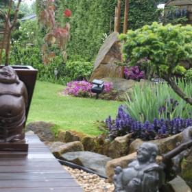 Ogród w kolorach różu,fioletu i błękitu