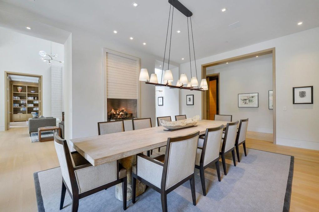 Domy sław, Gigantyczna posiadłość założyciela Microsoft - W jadalni ustawiono duży stół z kamiennymi nogami. Klimat podkreśla również kominek.   realtor.com