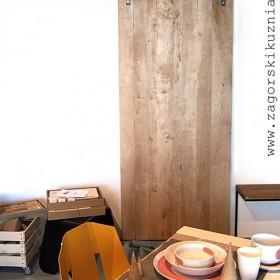 wiszące półki i drzwi przesuwne w sklepie RZECZY SAME