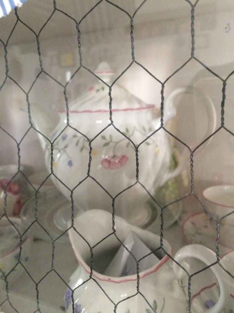 Kuchnia, pastele w kuchni i dekoracje w wiejskim domu - w drzwi witryny wstawiałam siatke i osobiście ja malowałam na czarno , sądze jednak ,ze biała byłaby bardziej widoczna i niebawem jak czas pozwoli  bede dokonywać zmian