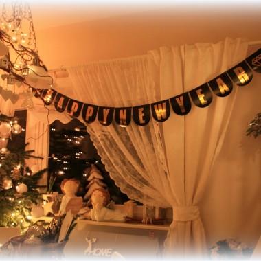 Szczesliwego Nowego Roku zycze Wam wszystkim aby ten rok przemijal Wam w zdrowiu szczesciu i spokoju,pieknych inspiracji i mnostwo kororowych mniej czy bardziej pomyslow.U nas troszeczke zmian znowu powiekrzyla nam sie rodzinka, doszlo pare futrzakow, tzn przyblakala sie do nas kotka niechciala odejsc tak jak raz weszla tak tez zostala. Tak samo bylo 2 lata temu z krolikiem niewiem co to za dar przyciagania zwierzat mamy, hihihi.Po paru tygodniach zrobila nam niespodzianke i urodzila 4 przepiekne kociaki.Wszystkie futrzaki rozumieja sie wspaniale kot mysli ze jest psem pies mysli ze jest z rodziny kotow zreszta same zobaczcie .Zapraszam do ogladania slodkich  futrzanych i tak zywych w  tym roku swiat.Pozdrawiam Was serdecznie.