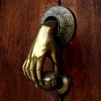 Gdy ktoś zapuka niespodzianiewystarczy tylko drzwi uchylići sprawdzić, co się zaraz stanie&#x3B;czy los się aby nie pomylił.I gościa, który w drzwiach twych stoipod prawidłowy przywiódł adres?Może to miłość, która boli,co zło przyciąga tak jak magnes?A może to jest gość niezwykłyprzysłany z nieba do twych ramionco będzie kochał jak nikt inny,jak śnieżnobiały czysty Anioł.I tego nigdy się nie dowiesz,dopóki drzwi mu nie otworzysz...