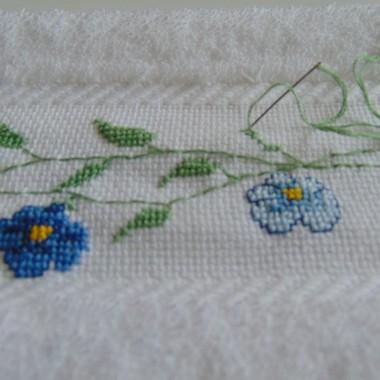 .............i ręczniczek z haftowanymi kwiatkami lnu............