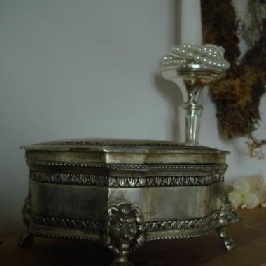 To również nowy nabytek,szkatułka na biżuterię,którą chciałabym przerobić na cukiernicę.