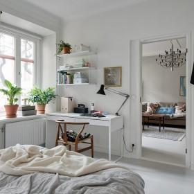 mieszkanie z białą podłogą