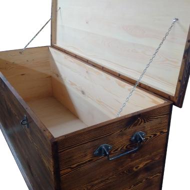 Zrobiłem dużą skrzynię lub jak kto woli kufer. Długość 150cm zmieści wiele. Jak postarzyć sosnę wygląda nawet całkiem nieźle  :)
