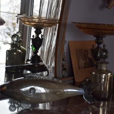 """Próżno u mnie szukać rzeczy nowych. Kocham starocie. Kolekcjonuję szklane karafki i  stare fotografie ślubne. Kilka perełek """"przewija"""" się przez moje fotki. Pozdrawiam ciepło w ten śnieżny dzień..."""