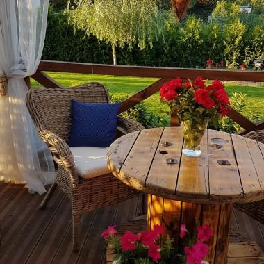 Marzyłam o szpulce jako stolik, chciałam fotel z wikliny. Powoli się zbierało i realizowało :) Stolik pomalowany, fotele zakupione i wyszła na tarasie mini jadalnia.Można spokojnie w weekend zjeść śniadanko, a po pracy idealnie miejsce na obiad :)Podoba mi się mój mały zakątek na tarasie :)