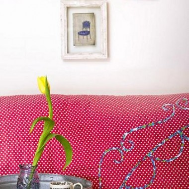 Relaks na kanapie przy kubku herbaty i dobrej książce