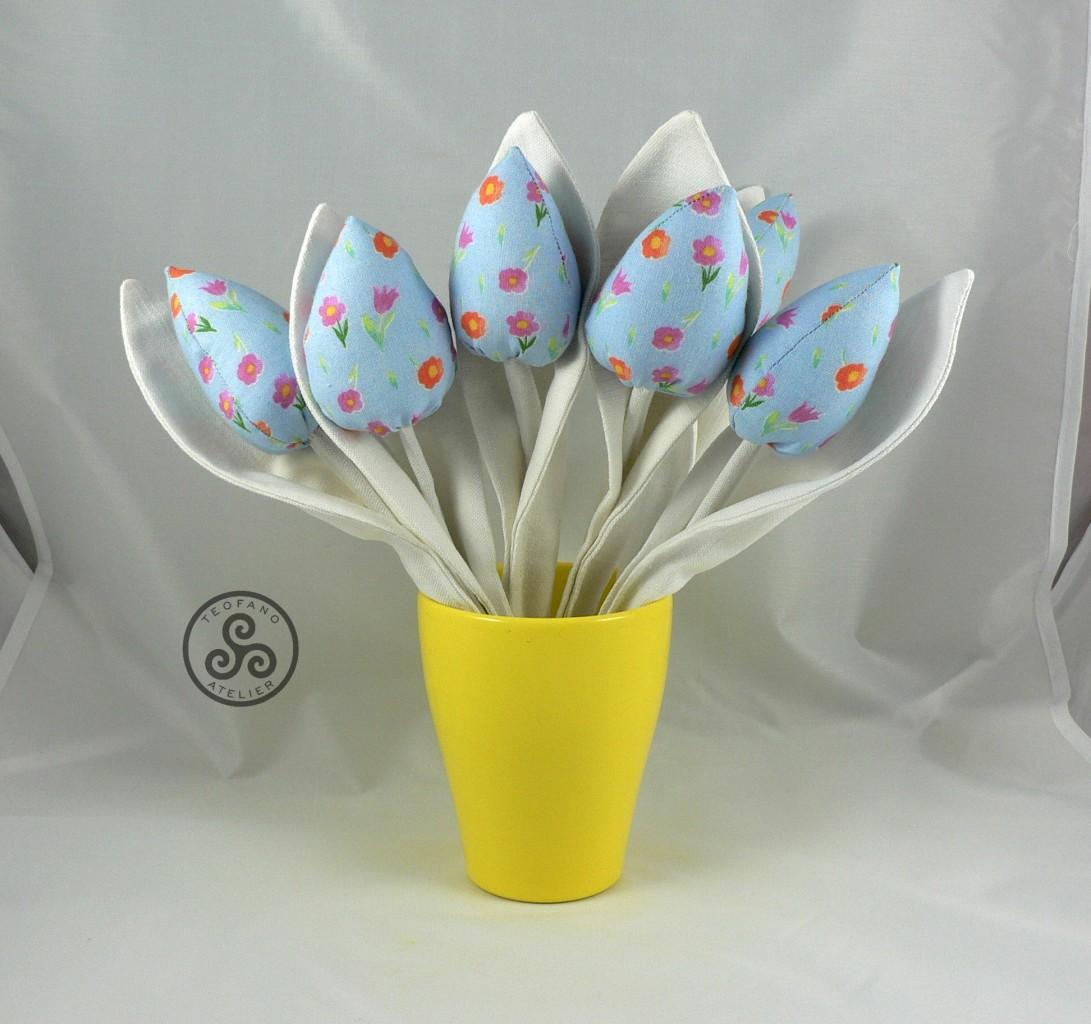 Salon, Szyte tulipany - Białe liście i niebieskie główki