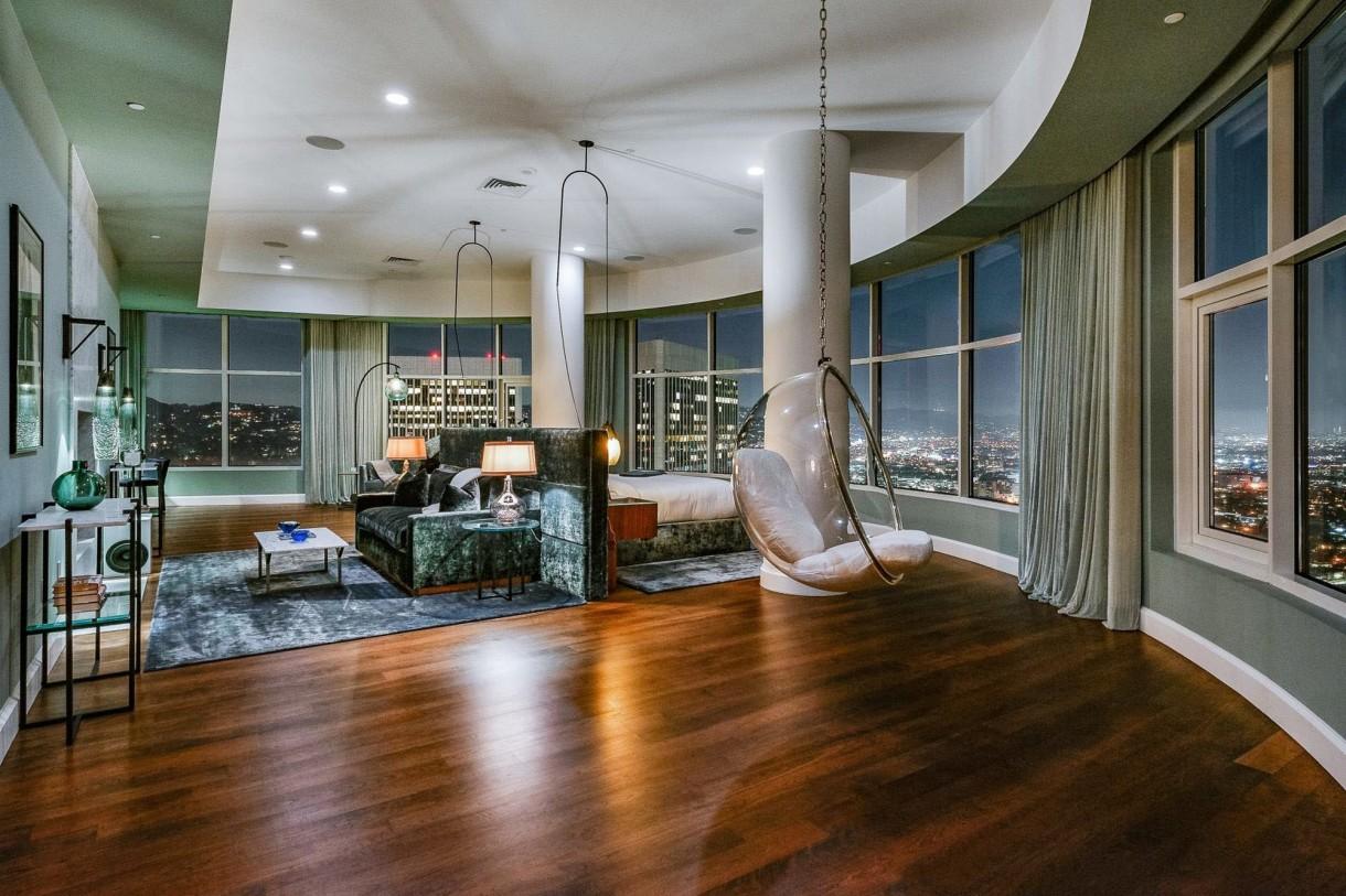 Domy sław, Matthew Perry sprzedaje apartament - Budynek, w którym znajduje się pentahouse, został zbudowany w 2008 roku, ma całodobową obsługę konsjerża i służby bezpieczeństwa, studio fitness, przechowalnię wina, duży basen, cztery akry prywatnych ogrodów i ścieżki botaniczne. W tej okolicy domy mają także inne gwiazdy Hollywood m.in. Leonardo DiCaprio, Tobey Maguire, Jodie Foster i Keanu Reeves.  IMP FEATURES/East News