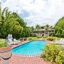 Domy sław, Sandra Bullock sprzedaje dom na plaży - Posiadłość położona jest na 1,2 hektarowej działce i należy do jednych z najdroższych w okolicy. Od najbliższego miasta — Savannach — oddalona jest o ok. 28 km. Kompleks składa się z budynku głównego, domu gościnnego, basenu, boiska do koszykówki, ogrodu oraz prywatnej plaży.  IMP FEATURES/East News