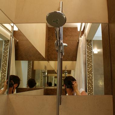 Dobrze wbudowane lustro dodaje przestrzeni i blasku.