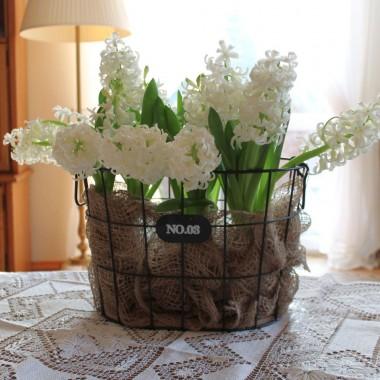 Śniegu jak na lekarstwo :) Tu i ówdzie odrobina... Brakuje tej bieli. Zaprosiłam więc do domku hiacynty :)Białe oczywiście :)Zapach nieziemski... Zapraszam i życzę miłego weekendu dziewczyny :)