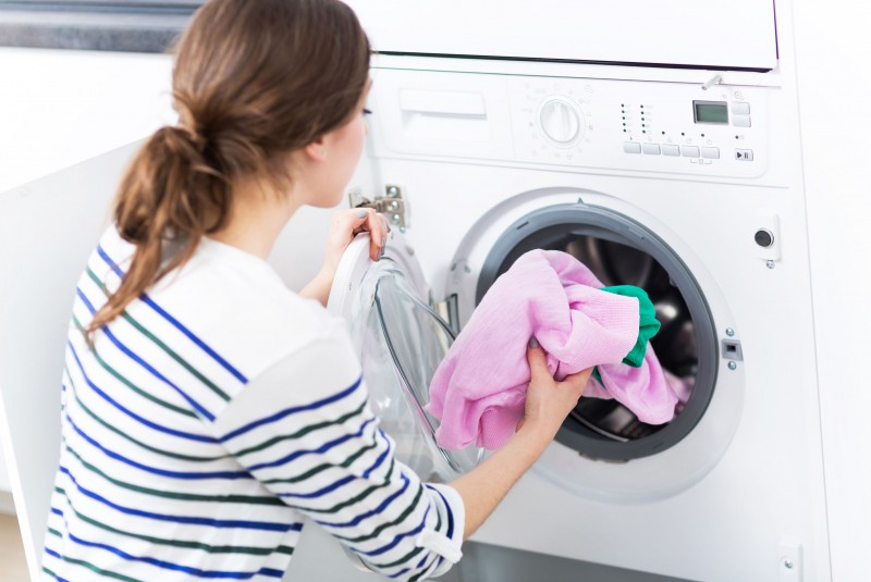 Jak bezpiecznie prać ubrania? Wystarczy przestrzegać kilku znanych zasad