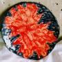 Sprzedam, Dekoracje domu - Granatowy talerz z czerwonym wzorem klonowym wykonany ręcznie z jasnej gliny, szkliwiony szkliwami spożywczymi. Wymiar: 22.5cm  cena 80zł