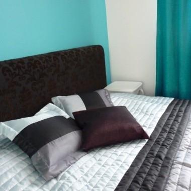 Malinowy akcent w turkuswej sypialni