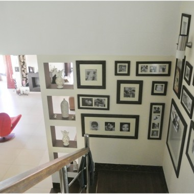 Galeria zdjęć nad schodami prowadzącymi na piętro