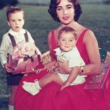 Witam Was drogie Deccorianki.Miło mi ,ze doceniłyście moja Zieloną galerię.Dziękuje bardzo za liczne odwiedziny i miłe komentarze.Dzisiaj chciałabym Was zaprosić do mojej kolejnej galerii z kobietą w roli głównej,tym razem jako matka.Mam nadzieję,ze mój subiektywny wybór spotka się z przychylnością i przypadnie Wam do serca.