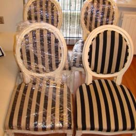SPRZEDAM krzesła medalion kolor drewna ecri nowa tapicerka