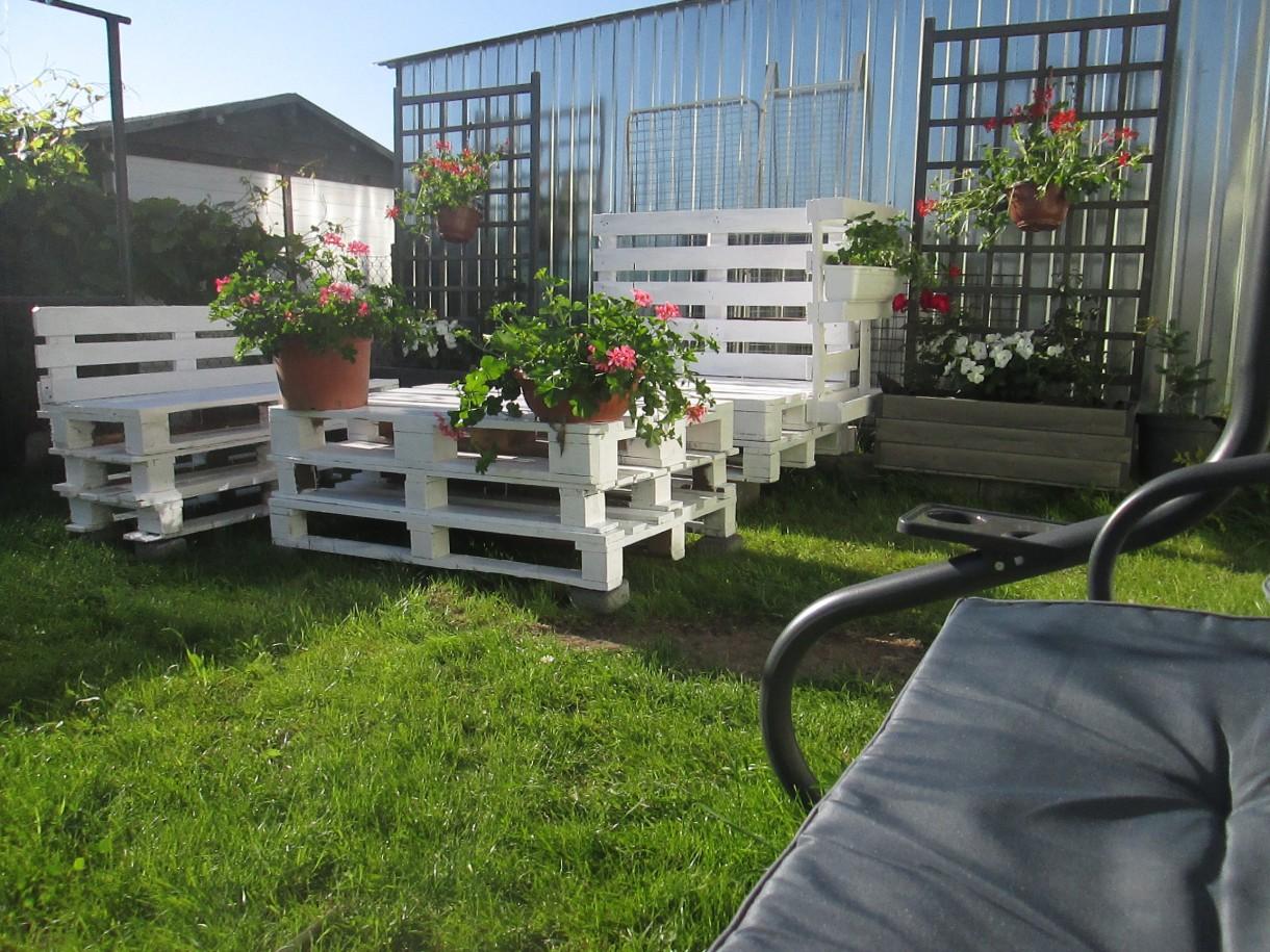 Ogród, Kącik wypoczynkowy i początki ogródka - Roślinki jeszcze mizerne, bo dopiero posadzone.