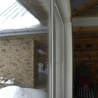 oryginalna ściana drewniana i murowana na zewnątrz