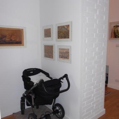 Za tą ścianą, od strony przedpokoju, jest szafa. Z drugiej strony miejsce na dziecięcy wózek.