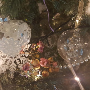 Babeczki ,co rok staram się trochę inaczej dekorować choinki mimo ,że mam ozdoby  z poprzednich lat  .Zawsze oczywiście  jeszcze coś dokupuję ,ale  w tym roku wpadłam na pomysł ,że wykorzystam różyczki z mojego ogrodu ,które do tej pory jeszcze tam kwitną  .Zobaczcie efekty ...przy okazji pozdrawiam i życzę wesołych i spokojnych  Świąt Bożego Narodzenia.