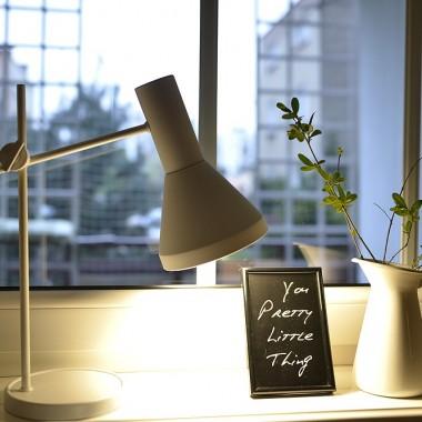 starociowa lampka gdy Wam ją pierwszy raz prezntowałam była srebrno -czarna obdrapana, później miedziana teraz matowo biała...jak na lekki wiosenny look przystało:)