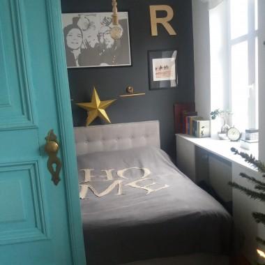 Postanowiliśmy dodać naszej sypialni trochę charakteru i malując ścianę za zagłówkiem na grafitowy kolor