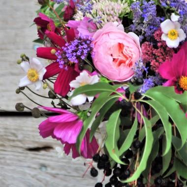 doczekałam się ...jednym z marzeń moich było to ,żeby móc wejść do ogrodu i wyjść z niego z naręczem kwiatów :))) i chociaż narazie mogłam oskubać tylko niektóre kwitnące cuda ,żeby nie zostawić za dużego uszczerbku ,to i tak jestem przeszczęśliwa :)