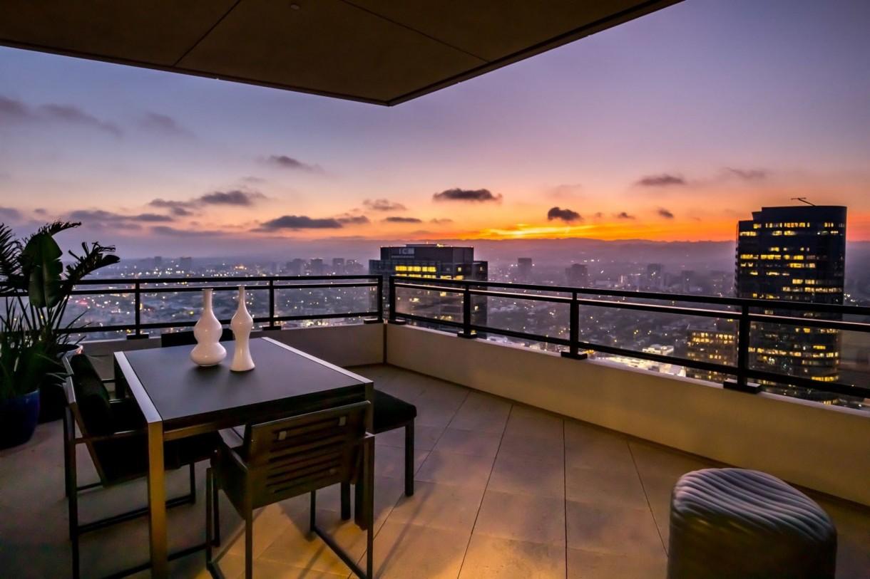 Domy sław, Matthew Perry sprzedaje apartament - Apartament zajmuje całe 40 piętro 42-piętrowego budynku Century w Century City i ma ponad 350 metrów kwadratowych powierzchni. Rozciąga się z niego piękny widok na Sunset Strip, niemal całe Los Angeles oraz Pacyfik.   IMP FEATURES/East News