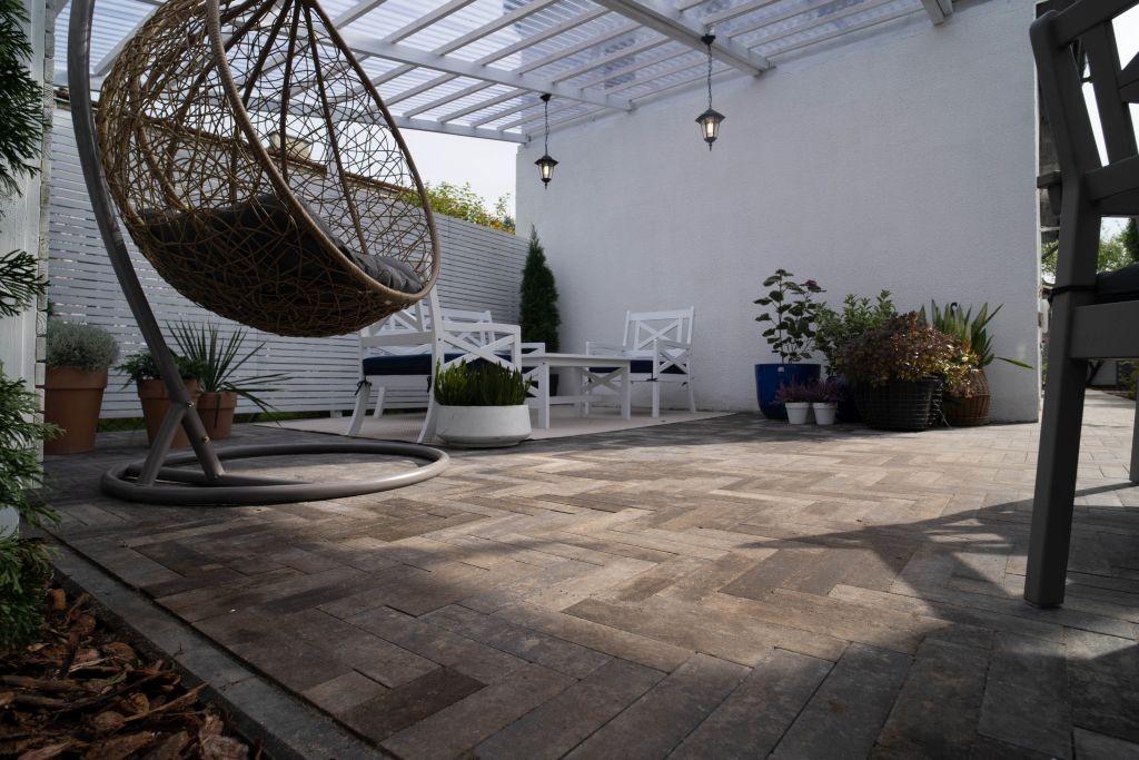 Ogród, Te schody wyróżnią taras! - Zieloną kaskadą do ogrodu  Przy budowie tarasu warto pomyśleć o uzupełnieniu projektu innymi prefabrykatami betonowymi. Jednym z nich są donice. Będą one cennym dodatkiem do nowoczesnej aranżacji. Można je umieścić na tarasie, ale lepszym pomysłem wydaje się zbudowanie z nich zielonych kaskad wzdłuż schodów wykonanych ze stopni schodowych. Pomocne mogą tu być donice Polbruk Tigela. Posiadają one kształt sześcianu i występują w kolorze stalowym lub grafitowym. Można z nich układać niższe i wyższe konstrukcje wzdłuż biegów schodów. Ich wnętrze wypełniamy ziemią i sadzimy w nich rośliny, takie jak na przykład trawy ozdobne, kwiaty, krzaki czy karłowate drzewka.