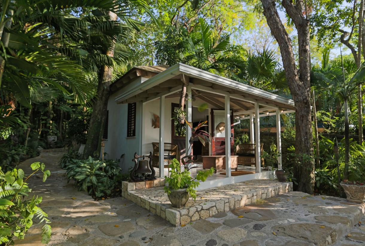 Domy sław, Willa Iana Fleminga na Jamajce wystwaiona na sprzedaż - Pisarz potrzebował spędzenia jedynie kilku dni na wyspie, aby zdecydować się na wybudowanie tu swej zimowej posiadłości. Goldeneye wzniesiono jako skromny domek na klifie nad małą zatoczką w pobliżu Oracabessy. To w nim właśnie powstała większość z 12 powieści i 2 zbiorów opowiadań o agencie 007.   źródlo: Rex Features/East News