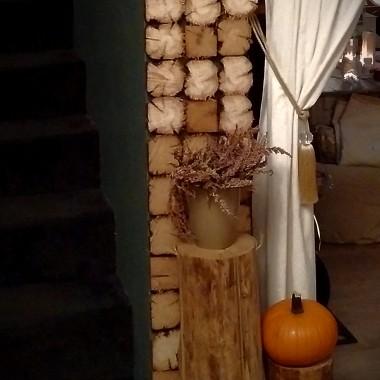 Drewniana ściana to pocieta stara belka