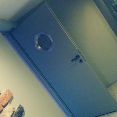 Mój w 100 % projekt i wykonanie w niewykorzystanym pokoju w domu około 20 m2 realizacja marzenia o własnym mini kinie domowym.Półka wisząca na łańcuchach pomalowanych szarą farbą. Półka pochodzi ze starej szafki na RTV ze znanego dużego sklepu meblowego - klopsy :) Została również przemalowana na szaro a krawędź na żółto.Wszystkie kable pochowane w ścianach, tylne głośniki zabudowane płytą karton-gips oraz wytłumione. Ekran 120 cali :)Wykładzina dywanowa w szarości podobne jak ściany - przełamane klasycznym żółtym. Jak się podoba - dajcie komentarze :)