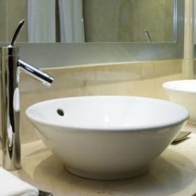 Jak odmienić łazienkę, bez kucia płytek?