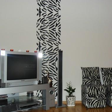 Ściana z motywem zebry. Doniczka i pufki rówwnież zebrowe:)