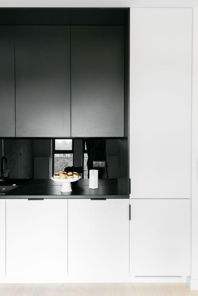 """Kuchnia, Apetyt na design, czyli kuchenne trendy okiem architekta - Style Kuchnie stają się coraz bardziej minimalistyczne. Ponadczasowa prostota pozwala na harmonijne przejście między strefą roboczą a salonem, daje wrażenie dyskrecji i pozwala z łatwością zachować porządek, dzięki przemyślanym systemom przechowywania. Często kuchnie stają się też swego rodzaju przedłużeniem salonu i są utrzymane w równie eleganckim stylu. """"Praktyczna wyspa i wysoka zabudowa pod ścianą bez szafek górnych szybko stały się trendem wynikającym poniekąd z potrzeby funkcjonalności i wygody"""" – podkreśla Architekt Decoroom. Dekoracyjne oświetlenie i designerskie wyposażenie podnoszą prestiż tego pomieszczenia i nadają mu wyrafinowany charakter."""