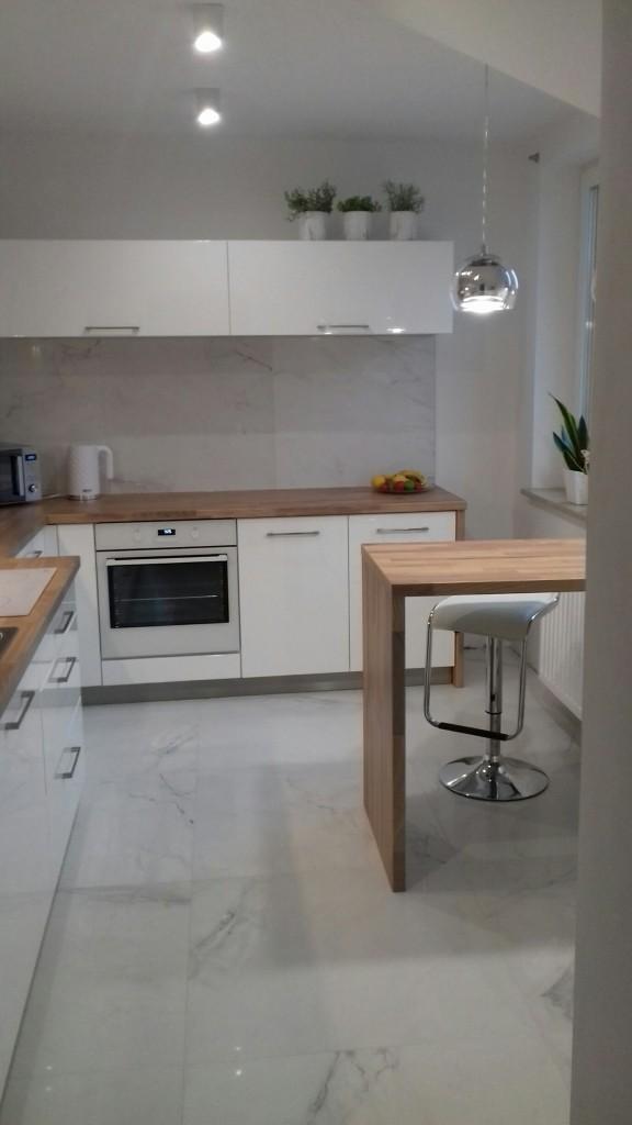 Zdjęcie 1213 W Aranżacji Biała Kuchnia Z Drewnem I Marmurem