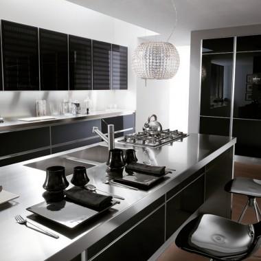 Kuchnia z frontami z ramek aluminiowych.