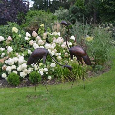 Ręcznie wykonane z metalu przez utalentowanych rzemieślników  z Afryki Południowej.Ptaki te mają unikalny styl , robią nastrój w każdym ogrodzie, wyglądają wspaniale w słońcu.   Nasze ptaki są idealną dekoracją dla każdego ogrodu lub domu.Pokryte są lakierem z teflonem , co pozwala na całoroczną i wieloletnią ekspozycję w ogrodzie
