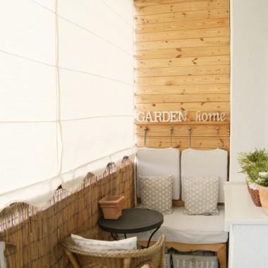 """Oto kolejna odsłona długiego i wąskiego balkonu. Tym razem przedstawiam sposób na ocieplenie tej przestrzeni poprzez wykorzystanie drewna w postaci boazerii z odzysku.  Po więcej szczegółów, zdjęć oraz instrukcję """"krok po kroku"""" zapraszam na stronę mojego bloga Stara Winiarniahttp://starawiniarnia.blogspot.com/2018/09/balkonowy-recykling.html"""