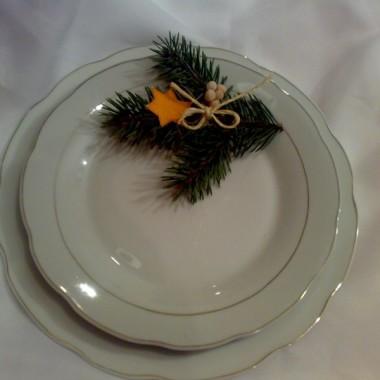 ozdoba na świateczny stół:gwiazdka z mandarynkowej skórki,groch,kokardka ze sznurka