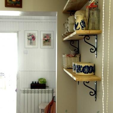 kąt obok wejścia z ganku - ale widok z kuchni, ramka obrazka Matki Bożej czeka na malowanie